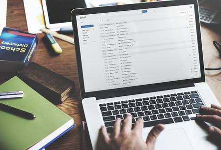 trabajando en computadora: El hombre de negocios usando la computadora portátil de trabajo Concepto de pensamiento Foto de archivo