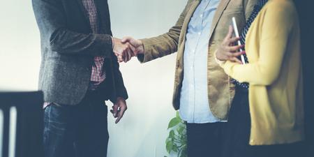 vítejte: Obchodní tým partnerství pozdrav Handshake Concept