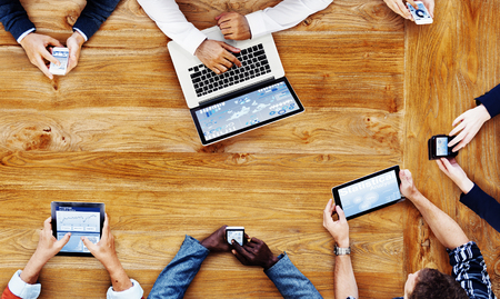 기술 개념으로 일하는 사업 사람들