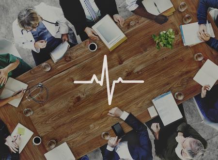 醫療保健: 醫療隊探討疾病診斷概念 版權商用圖片