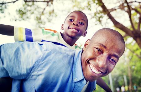 convivencia familiar: Hijo pap� africano de leng�eta de la familia Concepto Aire libre Foto de archivo