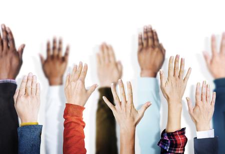 manos levantadas: Grupo de manos diversas multi�tnicos Criado Concepto Foto de archivo