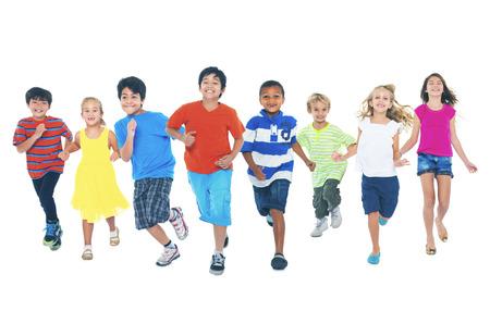 niño corriendo: Ejecutarse de los niños que juegan juntos goce Concepto linda
