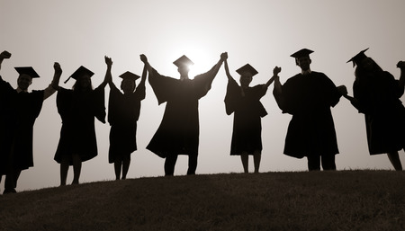 GRADUADO: Grupo Estudiantes manos levantadas graduación Silueta Concepto