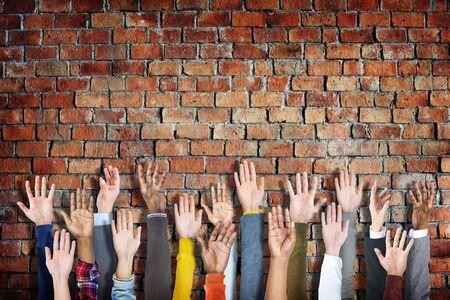 manos levantadas: Grupo de manos de la gente Diversos Criado Foto de archivo