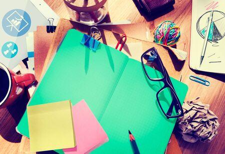 oficina desordenada: Escritorio del dise�ador arquitect�nico con herramientas Concepto Notebook