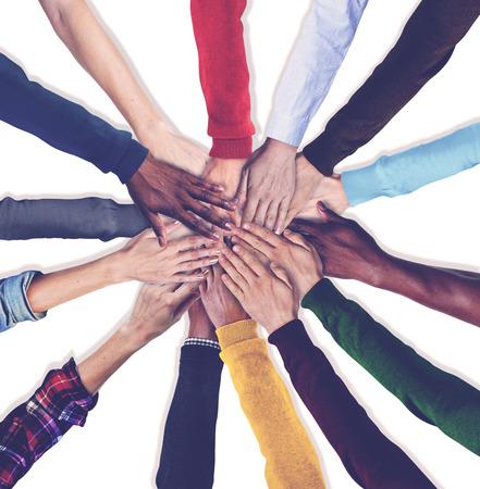 personas unidas: Grupo de manos humanas sosteniendo Junto Concept Foto de archivo
