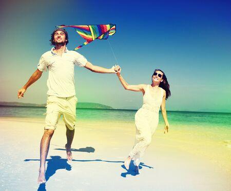 papalote: Pares de la playa Kite Flying Getaway concepto de vacaciones Foto de archivo