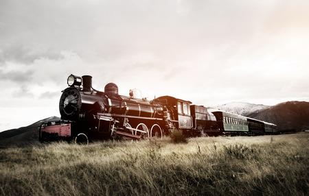 on train: Tren de vapor en un concepto de transporte abierto Campo