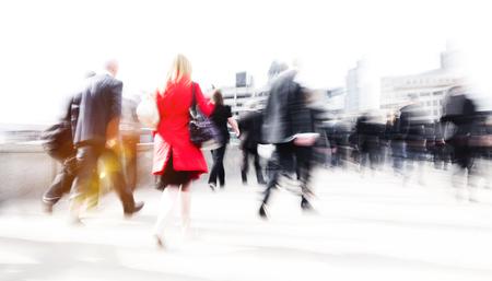 街の人々 の群衆の概念を歩きで急いで女性