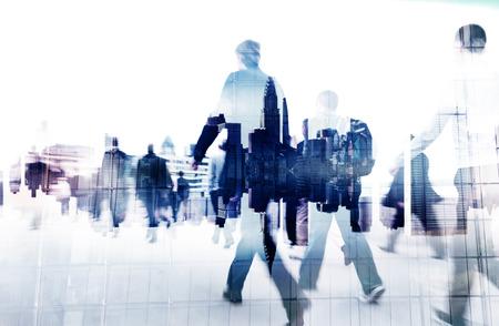 personas caminando: Poca gente de negocios del paisaje urbano concepto corporativo