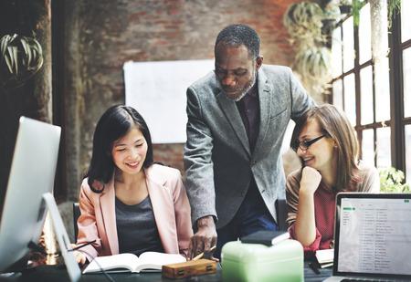Equipe: Réunion de l'équipe d'affaires Brainstorming Concept de travail Banque d'images