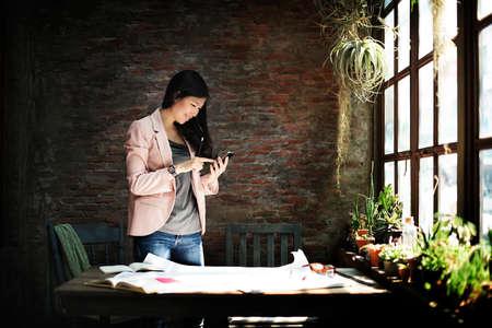 secretaria: Secretario Empresaria que usa el concepto de teléfono móvil