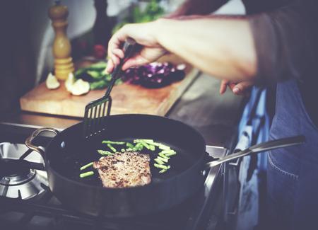 chef cocinando: El ama de casa cocinar a la parrilla del filete Concepto Cena