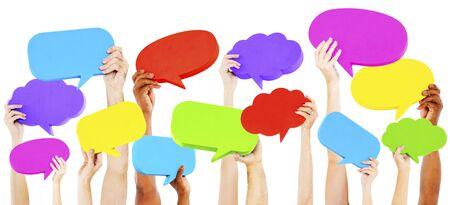 negociacion: Manos que sostienen el concepto Colorido Speech Bubbles