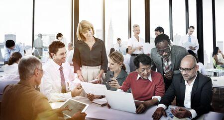 Geschäftsleute, die Unternehmensfreundschafts-Teamwork-Konzept treffen