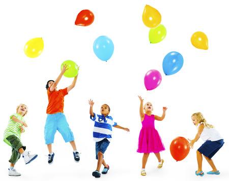 boy jumping: Happy Multi�tnicos ni�os juegan los globos Juntos