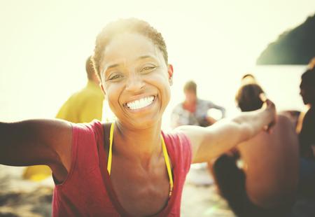 아프리카 여성 행복 해변 여름 개념 스톡 콘텐츠