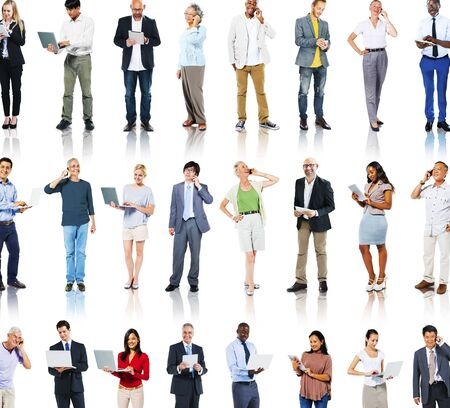 persona de pie: Grupo multiétnico de personas con Concept Dispositivos Digitales