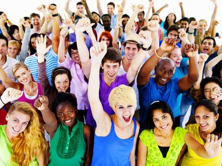 personas festejando: Grupo grande de personas Concepto comunidad que celebra