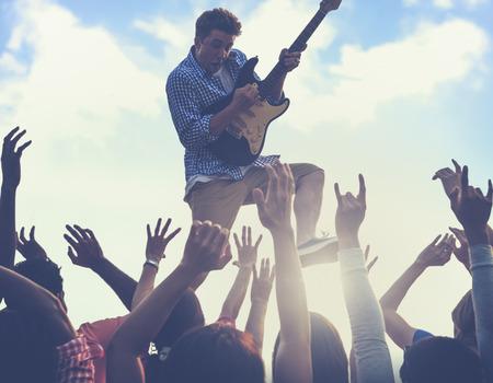 concierto de rock: Joven hombre de guitarra realizar el concepto concierto Foto de archivo