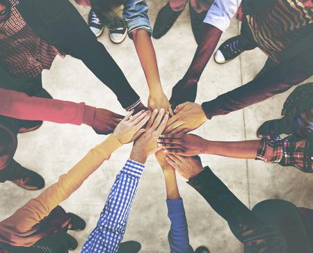 cooperacion: Grupo de diversa gente multiétnica equipo del concepto
