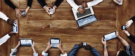 технология: Деловые люди, работающие с технологией Концепции