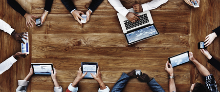 estadisticas: La gente de negocios que trabajan con el concepto de tecnolog�a Foto de archivo