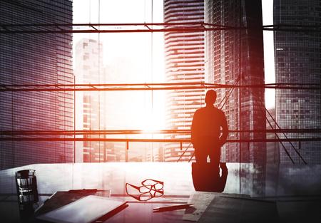 Stadtansicht Geschäftsmann-Denken Führungskonzepte Standard-Bild