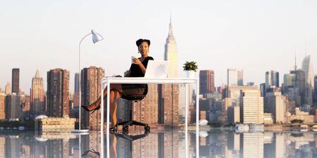 femme africaine: Businesswoman travail Cityscape UrbanScene Concept Banque d'images