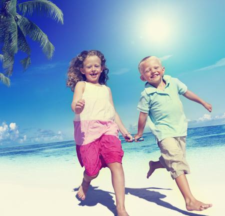 petit bonhomme: Frère Soeur Plage Bonding vacances Concept Voyage Banque d'images