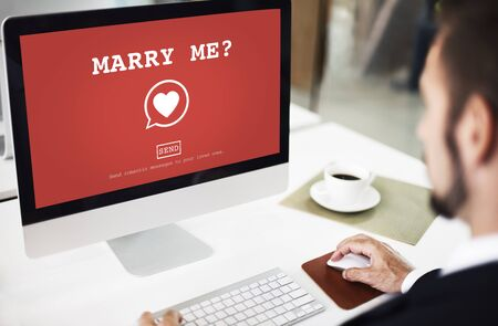 pareja de esposos: ¿Cásate conmigo? Concepto de la pasión valantine Romance del amor del corazón Foto de archivo