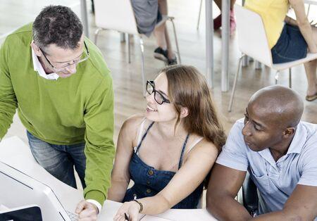 personas hablando: Discusi�n gente Estudiando Reuni�n Educaci�n Concepto Universidad