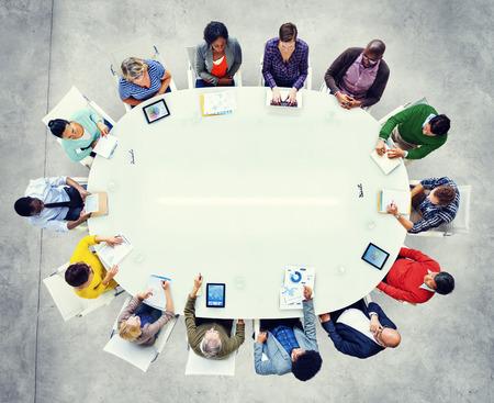 tormenta de ideas: Grupo de personas de negocios diversos en un concepto de la reunión