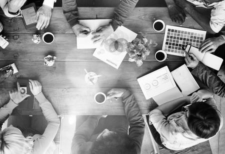 바쁜 그룹 사람들의 토론 시작 비즈니스 개념