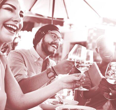 tomando vino: Diversas personas Amigos que cuelgan hacia fuera concepto de bebida Foto de archivo