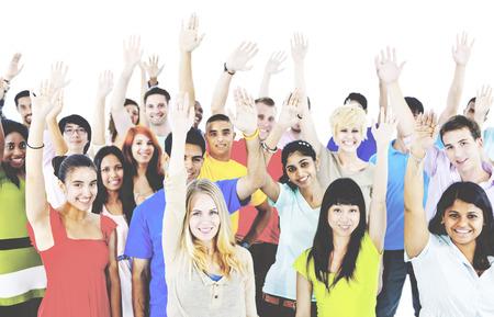 juventud: Concepto diverso grupo Gente Alzar los brazos