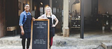 여자 친구 스마일 야외 활동 커피 숍 컨셉