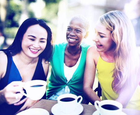 mujer tomando cafe: Girls Coffee Break Hablar Concepto Chilling
