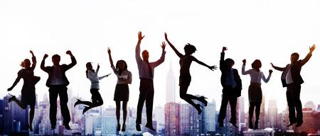 jumping: Las personas de negocios la celebración de éxito saltar Concepto Eufórico