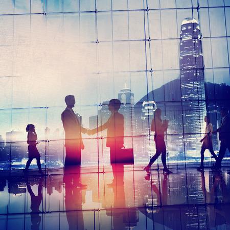 비즈니스 사람들이 회의 통근은 핸드 셰이크 개념 인사말