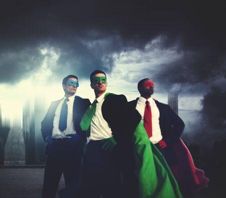 gente exitosa: Superhero Business People Fuerza Paisaje urbano Paisaje con nubes Concepto Foto de archivo