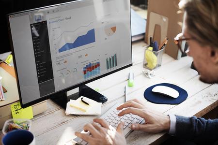 informe: El hombre de negocios de trabajo del tablero de instrumentos Concepto de Investigación de Estrategia