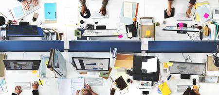 Geschäfts-Leute-Büro, das Unternehmensteam-Konzept bearbeitet
