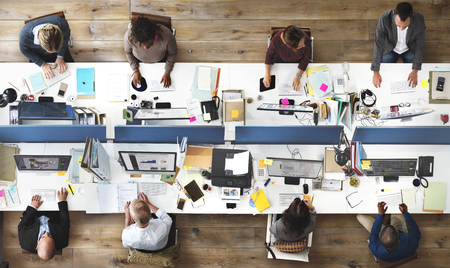 비즈니스 사람들이 사무실 근무 회사 팀 개념
