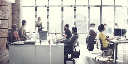 tvůrčí: Obchodní tým setkání pracovní Talking Concept