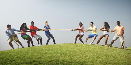 Groep toevallige mensen Spelen Tug War Concept Stockfoto