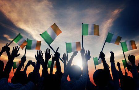 gente saludando: Silhouettes of People Waving the Flag of Ireland