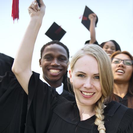 manos levantadas: Grupo de estudio con las manos levantadas Concepto de la graduaci�n