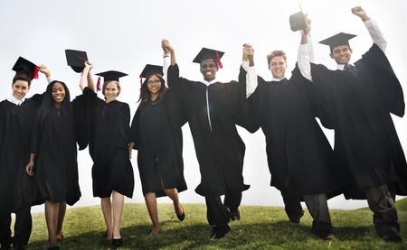 manos levantadas: Grupo de estudio con las manos levantadas Concepto de la graduación